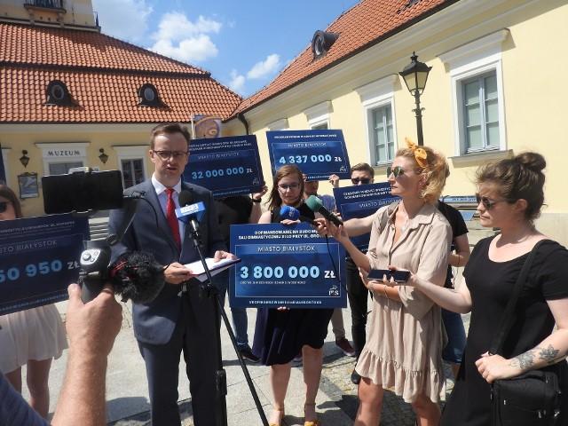 - Chcemy odczarować mit, że miasto Białystok nie otrzymuje od rządu wsparcia na inwestycje - mówili działacze Forum Młodych PiS Białystok, którzy asystowali wicewojewodzie Tomaszowi Madrasowi na konferencji.
