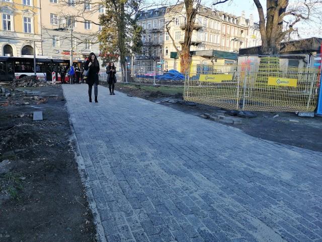 Mieszkańcy i odwiedzający Opole mogą już korzystać z chodnika pomiędzy ul. 1 Maja i Armii Krajowej. Wcześniej ludzie chodzili po trawie i ziemi, a gdy popadało, po błocie.