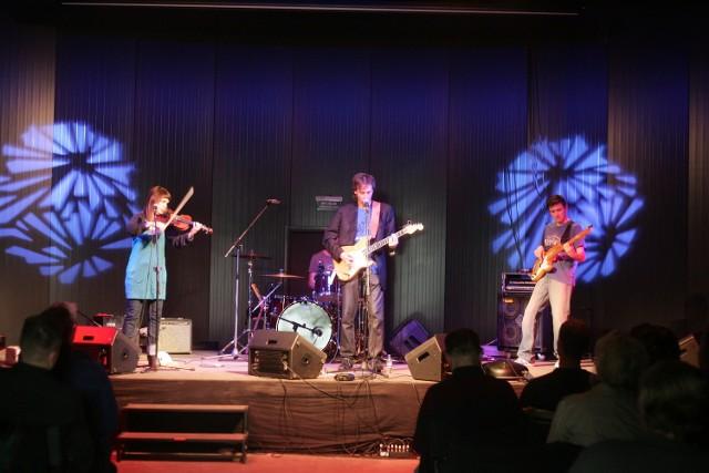 Niedzielnego wieczoru w Pawilonie Nowej Gazowni w Poznaniu wystąpił Grzegorz Kloc ze swoim zespołem.
