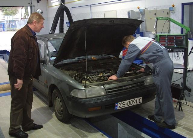 Przygotowując auto do sezonu jesiennego powinniśmy odwiedzić warsztat samochodowy. Stan techniczny pojazdu właściwie mogą ocenić tylko specjaliści.