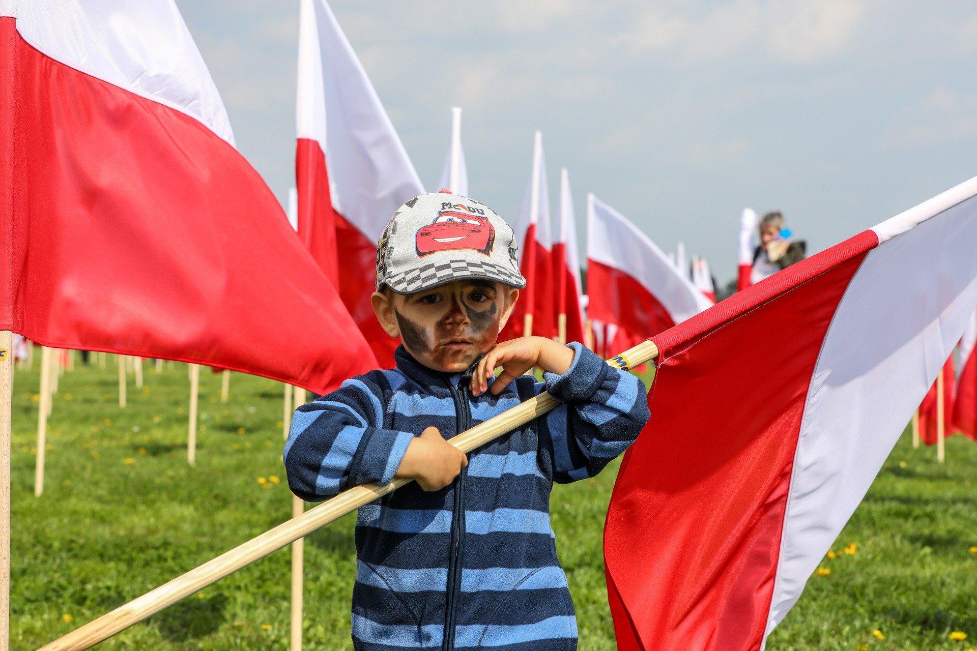 10 Tysiecy Flag Na Krakowskich Bloniach Ulozylo Sie W Mape Polski