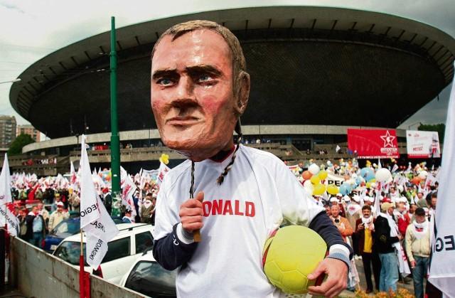 Demonstrującym członkom związku towarzyszyła kukła Donalda Tuska