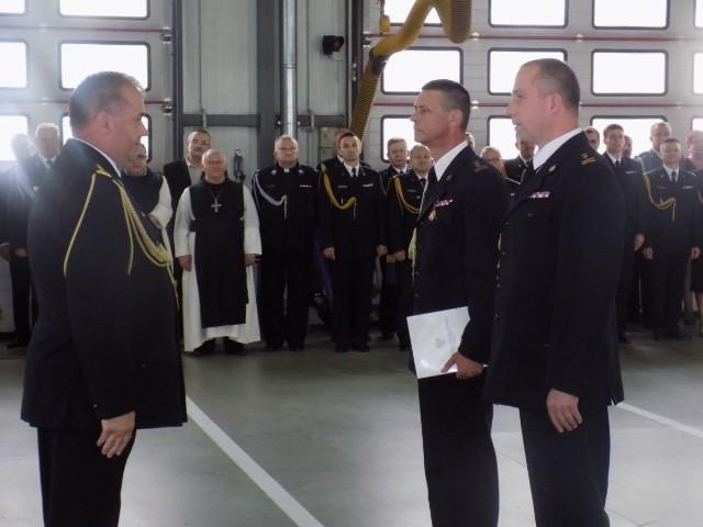 Pierwszy z prawej Paweł Jakubowski, nowy szef, drugi z prawej Tomasz Witecki, ustępujący komendant.
