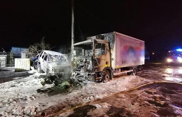 Dwa samochody osobowe i tir spłonęły doszczętnie w pożarze, który wybuchł w piątek (6 marca) o świcie pod Pabianicami. Zobacz zdjęcia na kolejnych slajdach