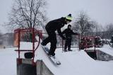 Zamknięte stoki nie są przeszkodą dla skaterów z Zawiercia. Pasjonaci snowboardu wykorzystali miejski skatepark