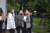 Ponad sześćset uczniów rozpoczęło rok szkolny w ZS nr 1 w Żorach. Nauka zdalna już im się przejadła. Chcą dokończyć go w szkolnych ławach