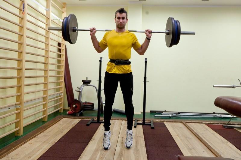 Kamil Kryński podczas treningu siłowego przed Halowymi Mistrzostwami Polski. Ten start to przystanek w drodze do Londynu, ale warto powalczyć o złoto.