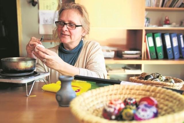 Lila Wyszkowska (na zdjęciu) z Działu Sztuk Plastycznych Wojewódzkiego Ośrodka Animacji Kultury zaprasza na kurs wykonywania kwiatów i pisanek, który odbędzie się w piątek i sobotę