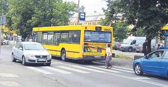 Kiedy na przystanku stoi autobus, a piesi chcą przejść po pasach, pojazd ogranicza im widoczność.