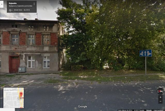 Płonęła przybudówka przy opuszczonym budynku mieszkalnym przy ul. Kujawskiej w Bydgoszczy.