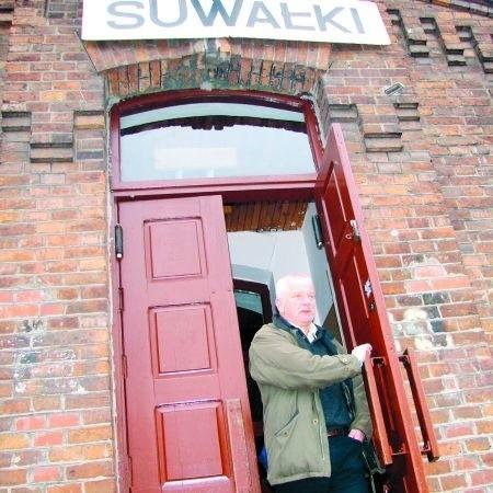– Podróżni, którzy muszą czekać na pociąg, nie mogą na dworcu PKP kupić nawet gazety – mówi Piotr Chodecki ze Szczecina