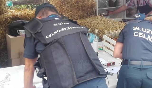 Słynny nalot na Festiwalu Smaku w Grucznie (sierpień br.). Funkcjonariusze zabezpieczyli 190 litrów alkoholu, m.in. nalewek