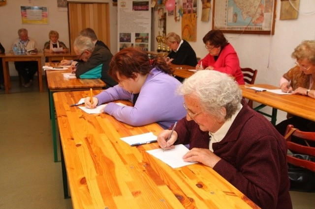 85-letniej Jadwidze Mienuts (na 1. planie) dyktando nie sprawiło trudności.