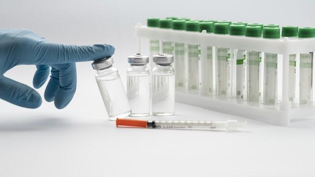 Jak podaje Światowa Organizacja Zdrowia, dostęp do czystej wody i szczepienia to dwie najważniejsze interwencje, które miały wpływ na zdrowie całych populacji. Szczepionki skutecznie hamują rozprzestrzenianie się zakażeń. Dzięki nim udało się opanować wiele śmiercionośnych chorób. Jakich? Sprawdź w galerii. Przejdź dalej --->