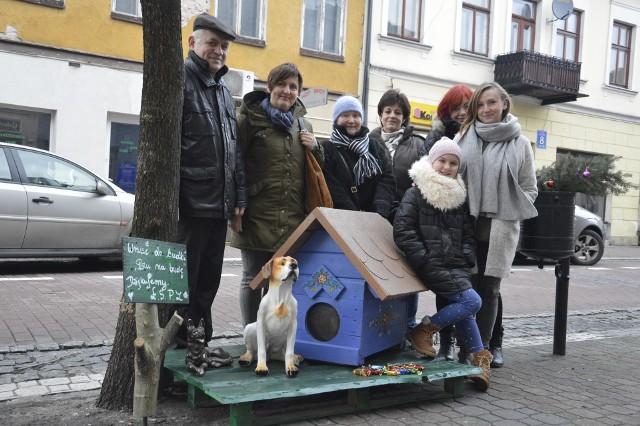 Miłośnicy zwierząt z Łowicza przy skarbonce z pieskiem