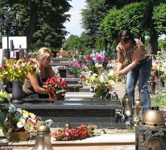 Hanna Kieżuń i jej córka Katarzyna uważają, że najlepsze miejsc na nowe groby to stary cmentarz (fot. Krzysztof Korsak)