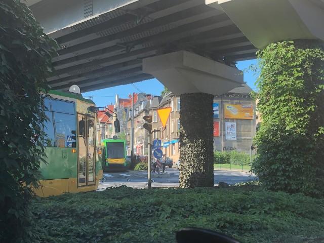 Do nietypowego zdarzenia doszło we wtorek, 3 września w Poznaniu. Z tramwaju MPK linii numer 3 wypadł chłopiec. Na szczęście doznał niewielkich obrażeń - ma stłuczony łokieć i kolano. Pracownicy MPK Poznań wyjaśniają, jak mogło dojść do tego zdarzenia. Jak w czasie jazdy otworzyły się drzwi tramwaju?