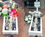 W Tczewie ktoś okradł grób Jasia z ulubionych zabawek chłopczyka. Policja szuka cmentarnych złodziei