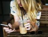 Muszą ciągle trzymać rękę na pulsie i być online. FOMO dotyka co piątego nastolatka w Polsce