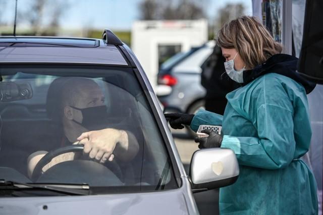 W piątek 29 kwietnia uruchomiono w Gdańsku kolejny punkt szczepień drive-thru, który umożliwia zaszczepienie się przeciw koronawirusowi bez wysiadania z samochodu. Nowy punkt został umiejscowiony przy obwodnicy Trójmiasta, w dzielnicy Matarnia, na parkingu przed sklepem IKEA.