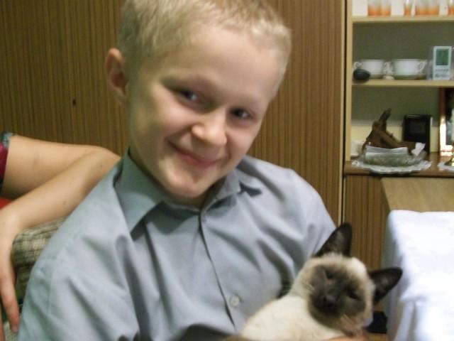 Bartłomiej wydaje się być zwyczajnym chłopcem - uśmiechniętym, skromnym. Tak, jak jego rówieśnicy lubi grać w piłkę i słuchać muzyki.