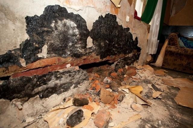 Do pęknięcia ściany doszło w mieszkaniu na parterze kamienicy przy ul. Wschodniej 69.