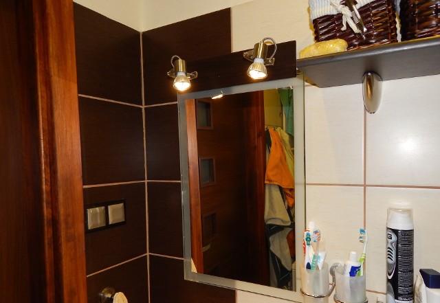 Lustro łazienkoweDo niewielkiej łazienki pasuje raczej proste lustro bez przytłaczającej ramy: wieszane jak to na fotografii albo wklejane.