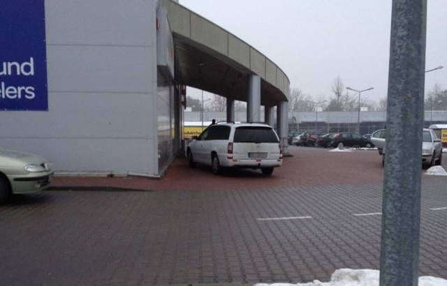 Kierowca omal nie wjechał do Galerii Podlaskiej