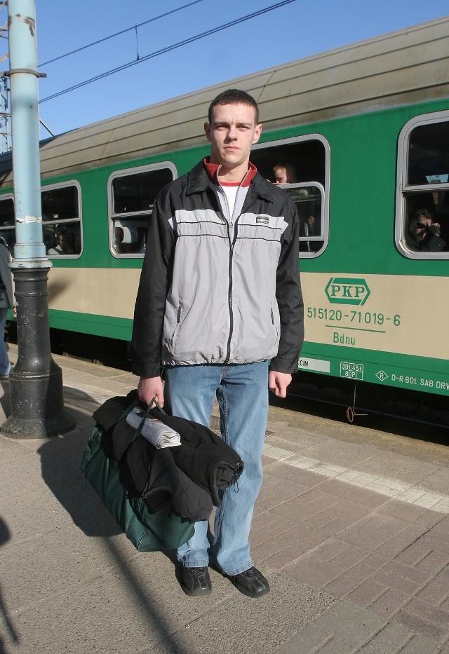 Piotr Skubiszewski jechał wczoraj ze Szczecina do Świdwina. - Kupowanie biletów z dużym wyprzedzeniem, ale za to za mniejsze pieniądze, nie zawsze może się udać. Zwykle planuje się wyjazd z tygodniowym wyprzedzeniem - mówi.