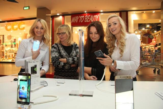 Samsung otworzył swój salon w Galerii Echo Doradcy klienta Karolina i Madi prezentowały paniom zalety najnowszego modelu telefonu komórkowego Samsunga.