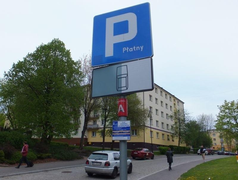 Urzędnicy twierdzą, że mieszkańcy i tak za parkowanie w strefie muszą płacić