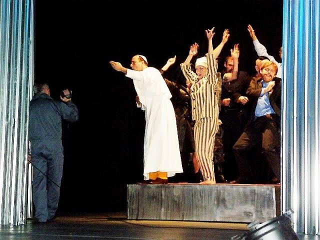 W spektaklu Ratajczaka zmieniają się rekwizyty i kostiumy, ale ciągle pozostają te same pytania