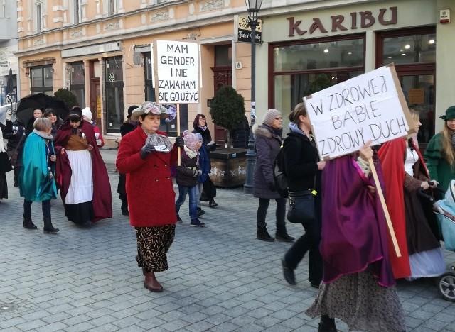 """Kobiety walczące o swoje prawa spędziły 8 marca 2018 roku na manifestacjach. W Zielonej Górze poprowadziło ją Lubuskie Stowarzyszenie Na Rzecz Kobiet Baba, które od lat wspiera Lubuszanki potrzebujące pomocy, gdy dopada je przemoc domowa. Uczestniczki manify na zielonogórskim deptaku mówiły m.in. o konieczności edukacji seksualnej w szkole, bezpłatnej opiece prenatalnej, nowoczesnej antykoncepcji, likwidacji klauzuli  sumienia w publicznej służbie zdrowia, legalizacji sterylizacji i aborcji zgodnie z definicją praw reprodukcyjnych WHO, bezwględnym ściganiu i karaniu sprawców przemocy domowej. Pełen spis żądań zamieszczony jest na jednym ze zdjęć.Przeczytaj: Lubuszanki, kobiety sukcesuGaleria lubuskich kobiet, które nie boją się zmian. Przyłączyły się do nieformalnej grupy """"Lubuszanki, kobiety sukcesu""""Zobacz: 10 kobiet, które zmieniły światPOLECAMY RÓWNIEŻBrak prądu w Lubuskiem. Sprawdź kiedy   i gdzie! W Lubuskiem wystawiono ponad 160 tysięcy mandatów. Za co?"""
