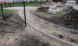 Zmienia się teren przy Centrum Seniora w Pabianicach ZDJĘCIA