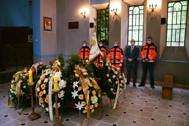 W środę na Cmentarzu Zasańskim w Przemyślu pożegnano zmarłego nagle Jerzego Wilczaka. Był jednym z pierwszych ratowników medycznych w Przemyślu, wieloletnim pracownikiem tutejszego pogotowia. Miał 49 lat.Zobacz też: Pogrzeb dr Jana Hołówki. Urnę z prochami złożono w rodzinnym grobie na Cmentarzu Głównym w Przemyślu [ZDJĘCIA]