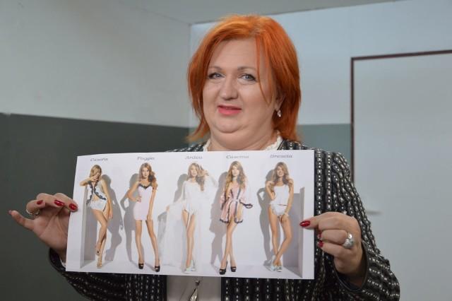Edyta Szczekocka prezentuje firmowy katalog.