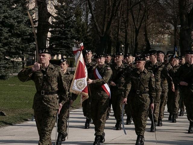 W koszarach 17. Wielkopolskiej Brygady Zmechanizowanej odbyły się obchody 222. rocznicy uchwalenia Konstytucji 3 Maja i przypadającego w czwartek Dnia Flagi.