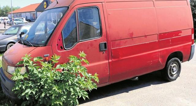 Już chyba nikt nie pamięta, kiedy czerwony fiat stanął na parkingu przy skrzyżowaniu ul. Łąkowej i Świerczewskiego.