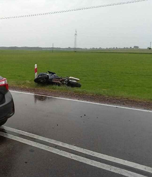 Targonie Wity. Wypadek motocyklisty na DK 64. Dwie osoby trafiły do szpitala (zdjęcia)