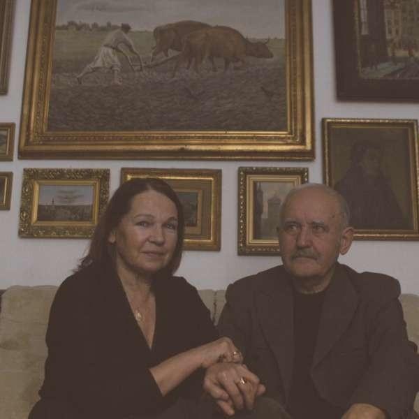 Anna i Tadeusz Kukizowie we wrocławskim mieszkaniu.
