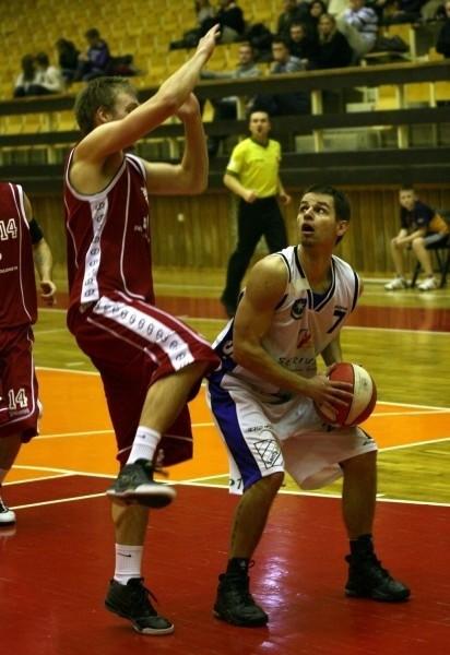 W Tarnobrzegu szykuje się kolejny koszykarski spektakl. Nz. w akcji Michał Baran, playmaker naszej drużyny.