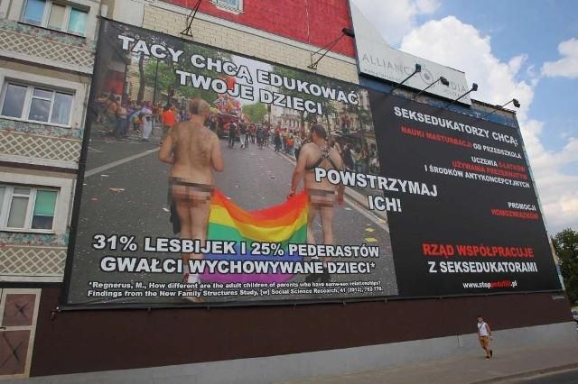 """Ogromny billboard Fundacji """"PRO-prawo do życia"""" wśród społeczeństwa na pewno wzbudza  emocje. Przchodnie zatrzymują się i fotografują plakat. Podobny zawisł także w Warszawie"""