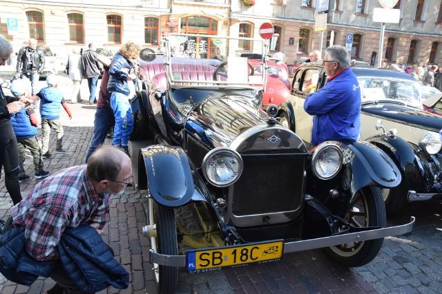 Warto było wybrać się w słoneczne niedzielne popołudnie na plac Ratuszowy w Bielsku-Białej, bu obejrzeć z bliska zabytkowe pojazdy, jakie zaparkowały na placu w ramach IX Beskidzkiego Zlotu pojazdów Zabytkowych.