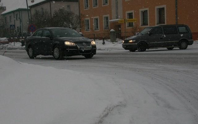 Drogi w Międzyrzeczu są zasypane, jazdę utrudnia padający wciąż śnieg.