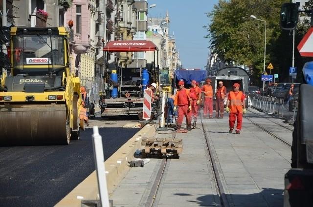 Na ul. Piotrkowskiej zakończyła się budowa torowiska dla tramwajów. Od kilku dni trwa tam układanie nawierzchni na jezdni w kierunku ul. Żwirki.