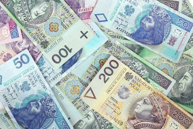 Denominacja stała się faktem 1 stycznia 1995 r. i kosztowała 300 mln zł. Na rynek trafiły nowe monety i banknoty – w pierwszym rzucie najwyższym nominałem było 50 zł, ale jeszcze w tym samym roku doszły banknoty o wartości 100 i 200 zł.