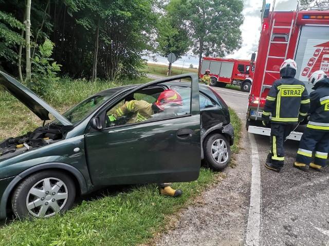 Korzeniste. Zderzenie dwóch aut na skrzyżowaniu. Interweniowali strażacy