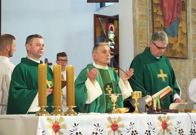 Ksiądz kanonik Aleksander Sikora (w środku) przewodniczył jubileuszowej mszy świętej.