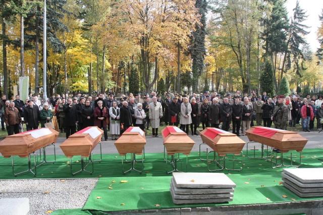 W poniedziałek, na cmentarzu komunalnym na Dołach, odbył się pogrzeb ofiar stalinizmu i faszyzmu, których zwłoki zostały odnalezione na Brusie