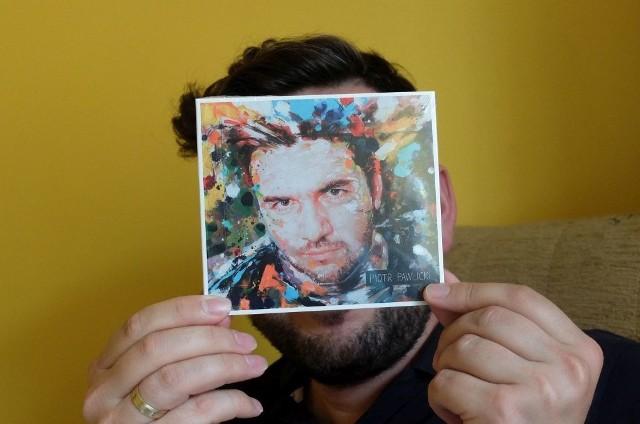 Piotr schowany za okładką swojej płyty. Projekt okładki opracował jego brat Bartosz, który robi artystyczne tatuaże - w Londynie